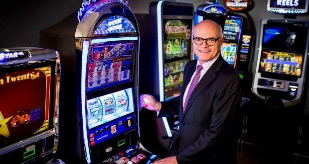 Karl Stoss mit neuen Spielautomaten